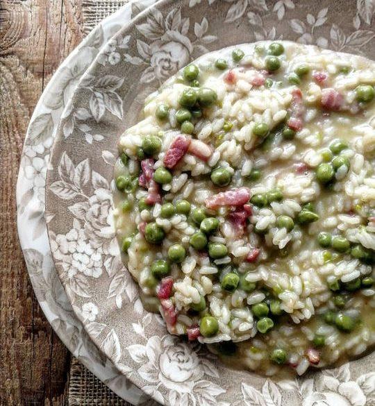 piatto con risotto di piselli e pancetta