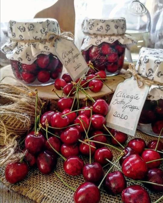 ciliegie e vasetti di vetro con ciliegie dentro