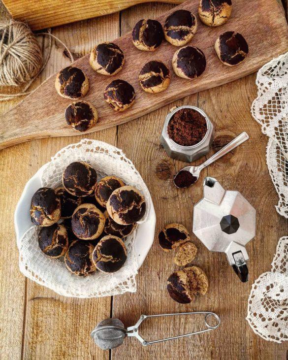 biscotti visti dall'alto spolverati di cacao, una ciotola con dei biscotti rotondi, una moka aperta con un cucchiaino di caffè