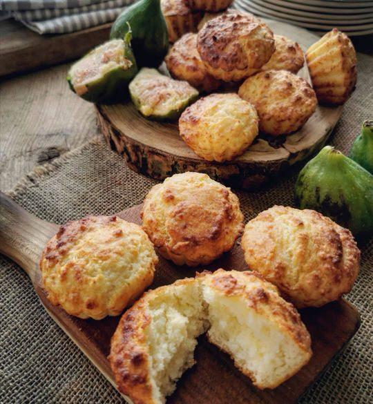 tanti muffin sopra un tavolo di legno con dei fichi