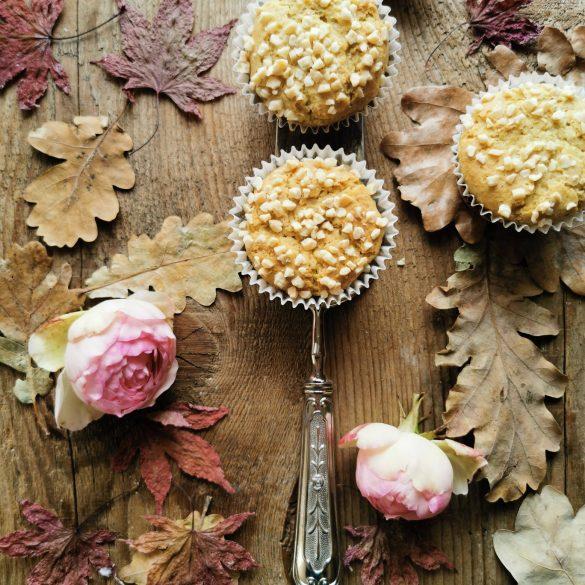 3 muffins visti dall'alto su un tavolo di legno con foglie e rose
