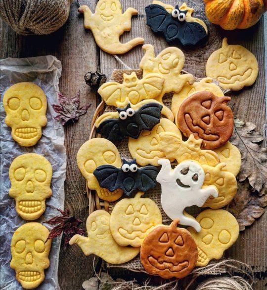 tanti biscotti a forma di pipistrello,teschio, zucche, visti dall'alto