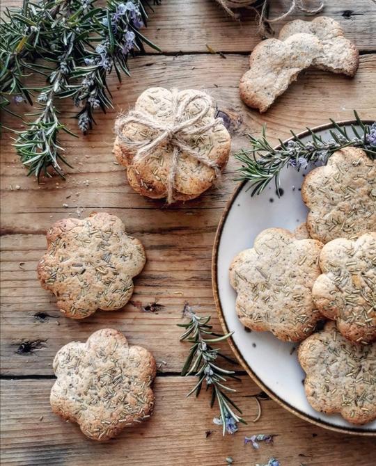un piatto di biscotti a fiore visto dall'alto, posato su un tavolo di legno